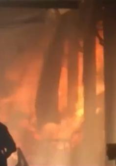 TP.HCM: Cháy lớn thiêu rụi hàng trăm tấn gỗ