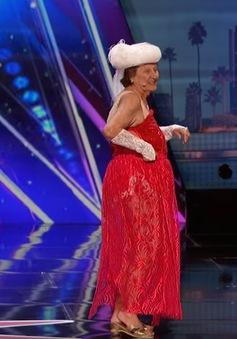 """MC America's Got Talent """"vượt quyền"""" tặng nút vàng cho cụ bà 90 tuổi"""