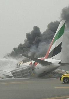 Máy bay Emirates chở gần 300 người bất ngờ bốc cháy ngùn ngụt