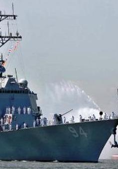 Tàu hải quân Iran áp sát tàu khu trục Mỹ