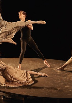 Ngắm dàn chân dài của Valentino biến hóa thành các vũ công