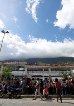 Quân đội Venezuela phân phát nhu yếu phẩm cho người dân