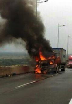 Xe container bốc cháy ngùn ngụt trên cao tốc Long Thành - Dầu Giây