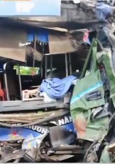 Quảng Ngãi: Xe khách đối đầu xe chở keo, 14 người thương vong