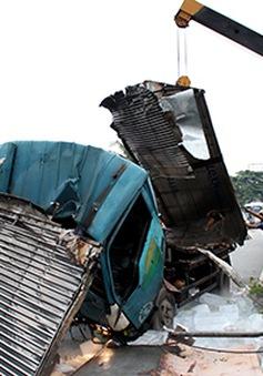 Bình Dương: Xe tải lật ngang đường, tài xế và phụ xe đập cửa kêu cứu