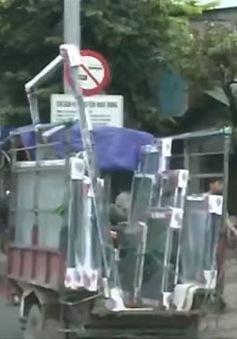 Có nên cấm xe thô sơ chở vật liệu cồng kềnh ngoài đường?