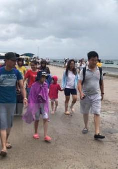 3.500 khách du lịch kẹt tại đảo Cô Tô đã lên tàu về đất liền