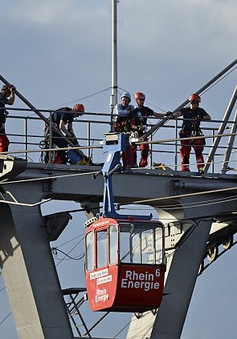Giải cứu 100 người mắc kẹt trên cáp treo tại Đức