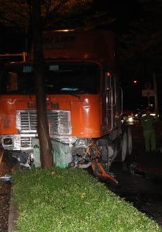 TP.HCM: Nam tài xế tử vong vì xe đầu kéo mất lái
