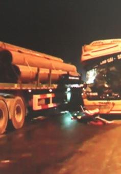 Ô tô khách va chạm xe tải trên cao tốc Nội Bài - Lào Cai