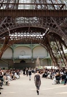 Chanel mang tháp Eiffel lên sàn diễn thời trang cao cấp