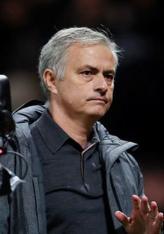 HLV Mourinho lý giải màn nhường nhau đá penalty của Man Utd