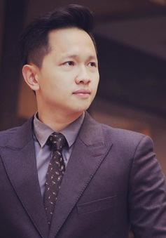 MC Hoàng Quân bảnh bao với trang phục vest thanh lịch