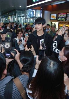 Taecyeon (2PM) bất ngờ xuất hiện ở sân bay Nội Bài