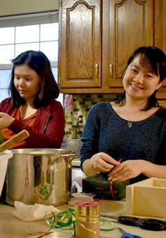 Du học sinh Việt dùng nồi cơm điện luộc bánh chưng đón Tết