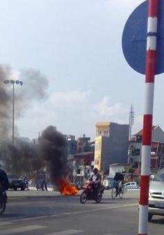 Hà Nội: Xe máy bất ngờ bốc cháy ngùn ngụt trên phố