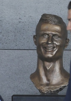 C.Ronaldo bật cười vì bức tượng bản thân quá... xấu trai