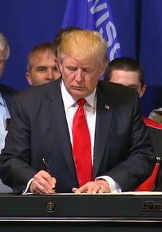 """Tổng thống Trump ký sắc lệnh """"Mua hàng Mỹ, thuê người Mỹ"""""""