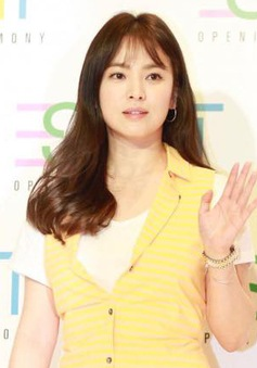 """Trang phục xấu cũng không thể """"dìm hàng"""" nhan sắc Song Hye Kyo"""