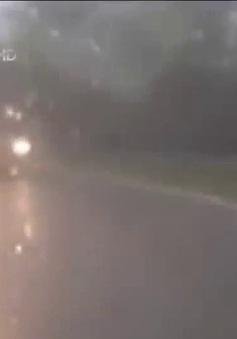 Clip: Lái xe tải liều lĩnh vượt ẩu lúc trời mưa đường trơn
