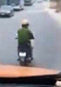 CSGT bị đình chỉ vì nghe điện thoại khi đi xe máy