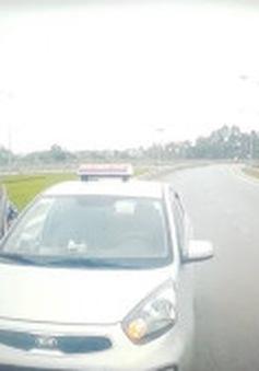 Clip: Lái xe taxi đi ngược chiều, lấy hung khí định đánh người