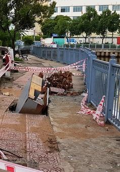 """TP.HCM: """"Hố tử thần"""" ven kênh Nhiêu Lộc gần 10 ngày chưa được khắc phục"""