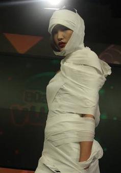 """Chà Mi tạo dáng """"xác ướp"""" dưới ống kính của BTV Quang Minh"""