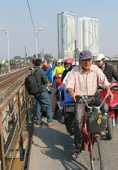 Người dân hiếu kỳ đứng đông nghẹt cầu Long Biên xem gỡ bom