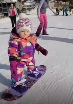 Cô bé Mỹ học trượt tuyết khi chưa tròn 1 tuổi