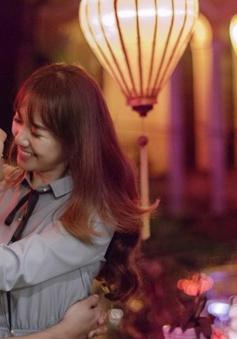 Trấn Thành, Hari Won khám phá cảnh đêm Hội An