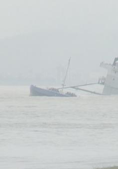 Giông lốc khiến một tàu cá bị chìm ở cửa biển Sa Cần, Quảng Ngãi