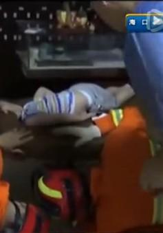 Trung Quốc: Bé trai 4 tuổi bị kẹt đầu trong bàn massage