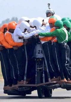 Ấn Độ: 58 người trên một chiếc xe máy lập Kỷ lục Guinness