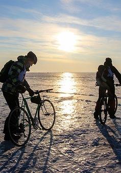 Cuộc đua kì thú trên hồ nước ngọt sâu nhất thế giới