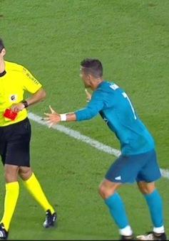 Vừa lập siêu phẩm, C.Ronaldo nhận ngay thẻ đỏ ngớ ngẩn bậc nhất sự nghiệp