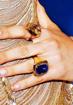 Cận cảnh bộ móng tay dát vàng của Jennifer Lopez và Blake Lively tại Met Gala 2017