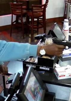 Mỹ: Nhân viên thu ngân bình tĩnh khó tin khi bị dí súng vào đầu