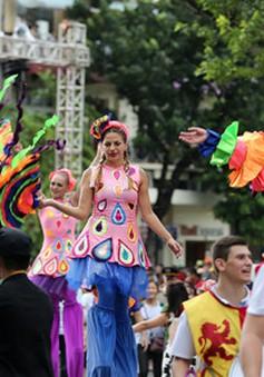 Phố đi bộ Hồ Gươm sôi động lễ hội Carnival bất chấp mưa gió
