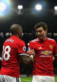 """""""Mát ruột"""" vì Young, Man Utd duyệt thưởng nóng"""