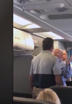American Airlines đình chỉ nhân viên thô bạo với khách nữ trên máy bay