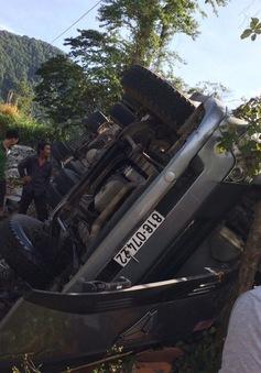 CSGT cưa cửa xe đầu kéo cứu 3 người mắc kẹt