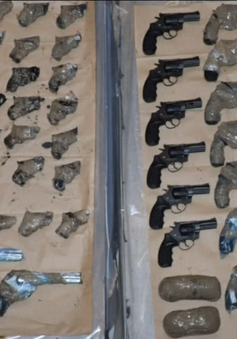 Anh thu giữ 79 khẩu súng giấu kín trên xe rơ-moóc
