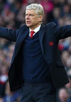 HLV Wenger sắp phá kỷ lục cầm quân của Sir Alex
