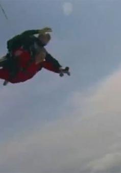 Cụ bà Trung Quốc nổi tiếng nhờ nhảy dù từ độ cao 4.000m
