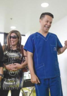 Người mang lại khuôn mặt mới cho các nạn nhân bị tạt axit tại Colombia