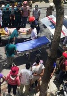 TP.HCM:  Lắp đặt biển quảng cáo, 3 người bị điện giật bất tỉnh
