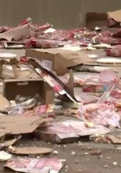 Giao thông đình trệ vì xe chở pizza đổ ra đường