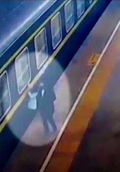 Bé 3 tuổi thoát chết trong gang tấc khi ngã xuống đường ray