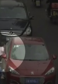 Bé gái sống sót kỳ diệu khi bị 2 ô tô chèn qua người